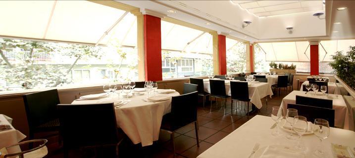 Restaurant_-_Oliana_-_interior.JPG