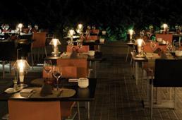 Restaurante_-_El_jardi_de_L_Abadessa_-_terraza_noche.JPG
