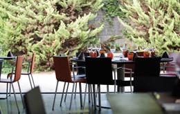 Restaurante_-_El_jardi_de_L_Abadessa_-_terrza_1.JPG