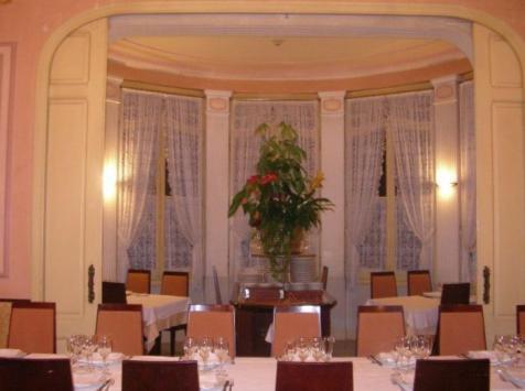 Restaurante_-_le_petit_chateau_-_comedor1.JPG