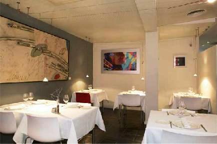 Restaurante_Askua_-_www.restaurantum.com_-_interior_elegante_mesas.JPG