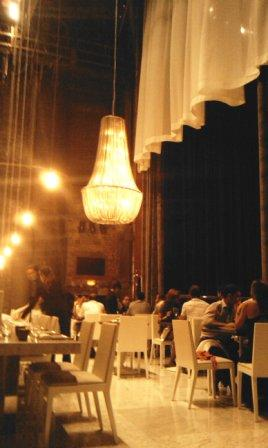 restaurante_Teatriz_Madrid_-_restaurantum.com_-_comedor_con_lampara_de_diseño.jpg