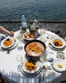 restaurantum.com_-_Hostal_Restaurante_Isleta_del_Moro_-_vista_terraza_con_paella_deliciosa.jpg