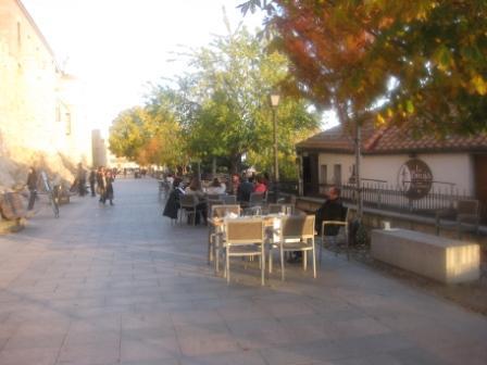 restaurantum.com_-_Restaurant_La_Bruja_Avila_-_terraza_delante_de_la_muralla_historica.JPG
