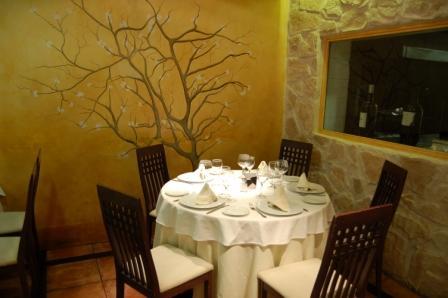 www.restaurantum.com_-_Restaurant_Zarracaín_Madrid_-_mesa_redonda.JPG
