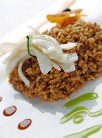 www.restaurantum.com_-_Restaurante_Els_Pescadors_Barcelona_-_Arroz_con_sepia_salteada,_erizo_de_mar.jpg