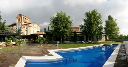 www.restaurantum.com_-_Restaurante_Gigantea_y_Hotel_Mas_Passamaner_Tarragona_-_edificio_principal_con_piscina.jpg