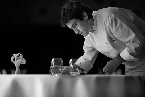 www.restaurantum.com_-_Restaurante_Guggenheim_-_Cocinero_elaborando_cuidadosamente_la_comida.jpg