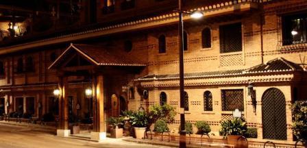 www.restaurantum.com_-_Restaurante_Ruta_del_Veleta_-_Entrada_al_Palacio.JPG