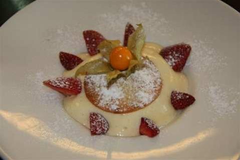 www.restaurantum.com_-_Restaurante_Sant_Martí_-_Postre_-__Milhojas_de_mousse_de_crema_catalana_con_fresas.JPG