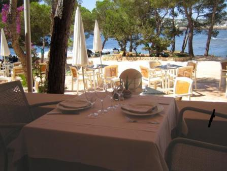 www.restaurantum.com_-_Restaurante_Ses_Sevines_-_terrace_close_to_the_beach.JPG