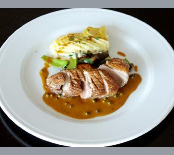 www.restaurantum.com_-_Restaurante_Stay_-_Hauptspeise_-_Gebratenes_Entenbrüstchen_an_einer_grünen_Pfeffersauce.jpg