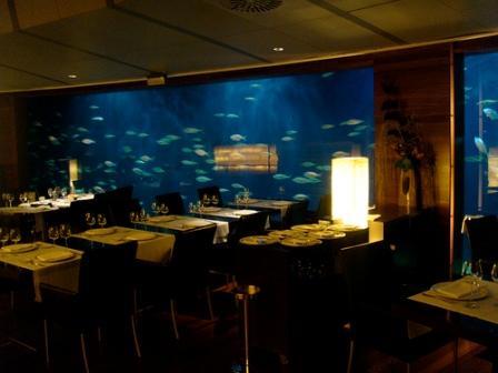 www.restaurantum.com_-_Restaurante_Submarino_Oceanografic_-_comedor_delante_de_la_pecera.jpg