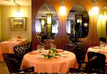 www.restaurantum.com_-_Restaurante_Via_Veneto_Barcelona_-_Comedor_clásico.jpg