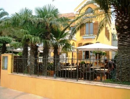 www.restaurantum.com_-_Restaurante_Villa_Alexander_-_Exterior_con_Terraza_-_1.jpg