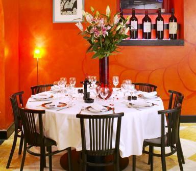 www.restaurantum.com_-_restaurante_El_Bogavante_de_Almirante_-_comedor_con_mesa_redonda.jpg