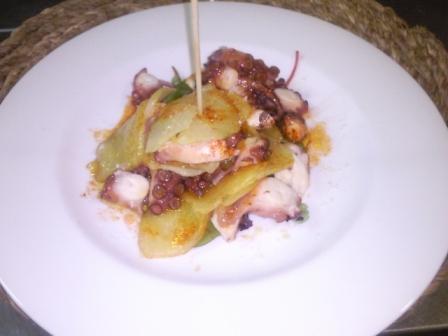 www.restaurantum.com_-_sobremesa_-_ensalada_de_pulpo_con_su_patatita_a_la_gallega.jpg